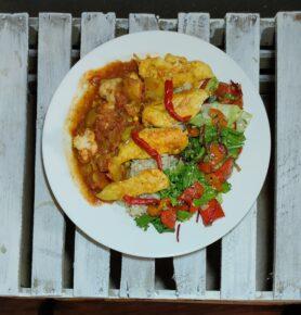 Grilowany kurczak w sosie słodko-kwaśnym, z ryżem i sałatką