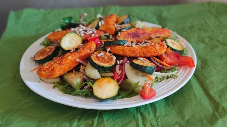 Obiad: Zielona sałatka z grilowaną piersią kurczaka i cukinią