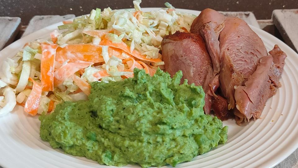 Pieczone udko indyka, purée z zielonego groszku i brokuła, surówka