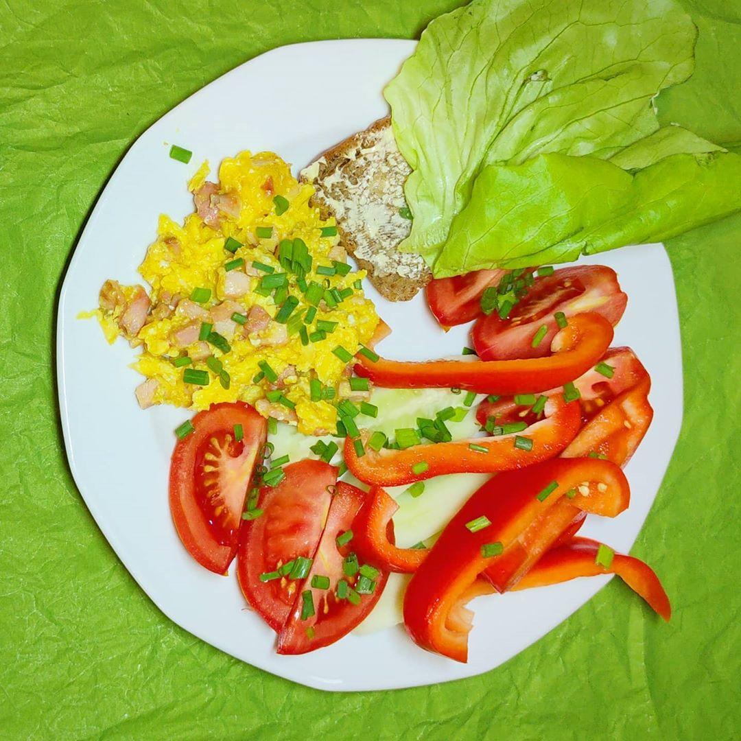 Śniadanie - jajecznica na usmażona na domowej, wędzonej szynce